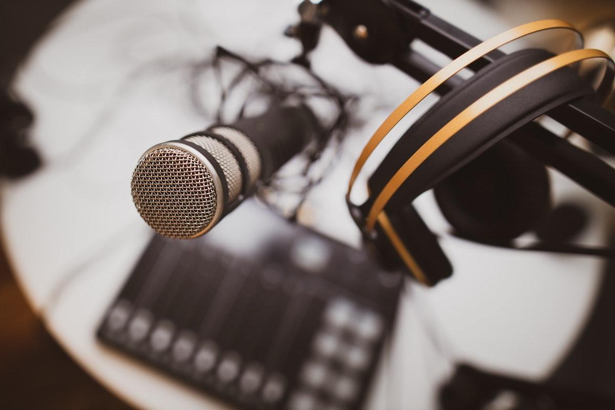 Equipamentos para gravar podcast [O Guia para você escolher]