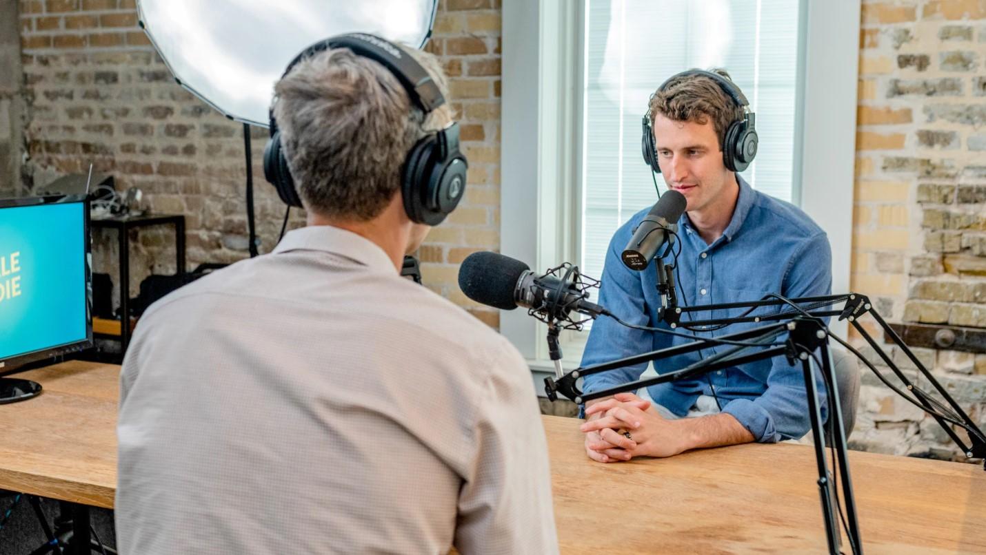 Como encontrar convidados para podcast